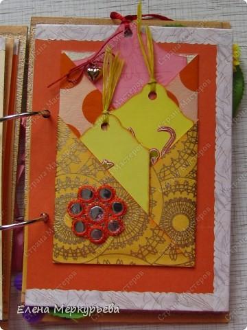 Это коробочка для альбома. Сделала из цветного картона. Украсила: бумажной кружевной салфеткой, кусочек обоев, цветочки, колокольчик с приглашения, наклейки из магазина. фото 16