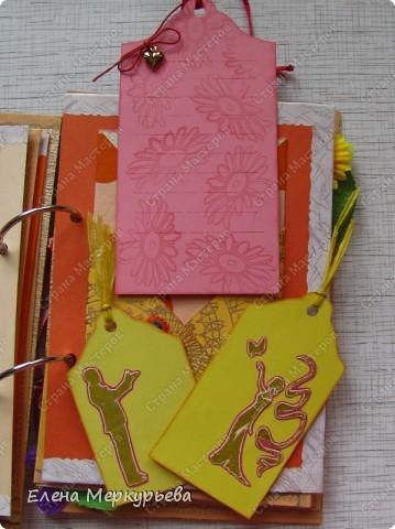 Это коробочка для альбома. Сделала из цветного картона. Украсила: бумажной кружевной салфеткой, кусочек обоев, цветочки, колокольчик с приглашения, наклейки из магазина. фото 17