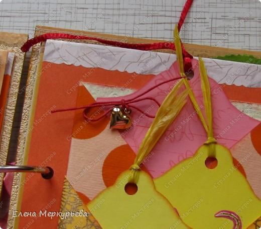 Это коробочка для альбома. Сделала из цветного картона. Украсила: бумажной кружевной салфеткой, кусочек обоев, цветочки, колокольчик с приглашения, наклейки из магазина. фото 18
