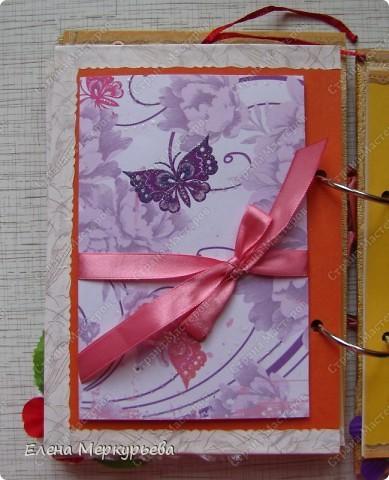 Это коробочка для альбома. Сделала из цветного картона. Украсила: бумажной кружевной салфеткой, кусочек обоев, цветочки, колокольчик с приглашения, наклейки из магазина. фото 19