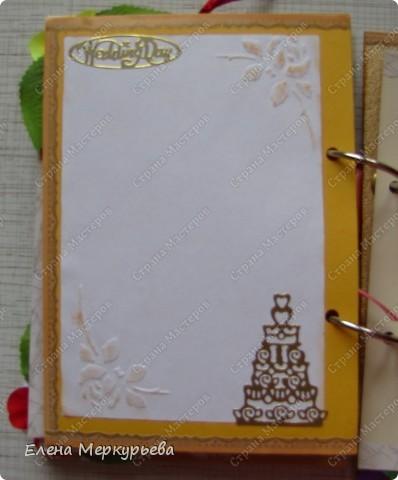 Это коробочка для альбома. Сделала из цветного картона. Украсила: бумажной кружевной салфеткой, кусочек обоев, цветочки, колокольчик с приглашения, наклейки из магазина. фото 22