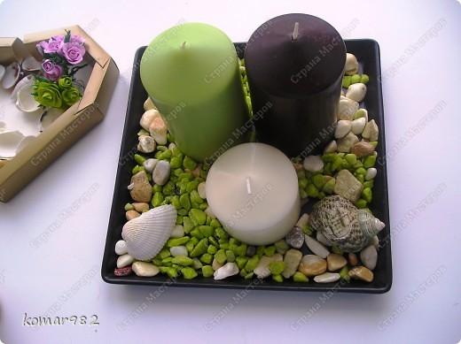 Хочу показать маленький МК, как из совершенно простых предметов можно создать милые вещицы для интерьера. Если работать с этими предметами всей семьей получается очень веселая и занимательная игра. МК я разделила на две части: первая-это украшение подсвечника, вторая - создание подставки под цветы.  Для первой работы я использовала подставку для свечей из Ikea, три свечи и остатки цветных камушек и раковин фото 7