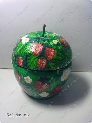 Шкатулка в форме яблока из солёного теста. И получилось у меня вот такое клубничное яблочко)) фото 1