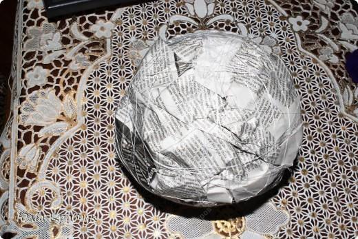 Для того, чтобы сделать такой шар нужно: - газеты - нитки - бумага гофрированная красная - бумага гофрированная зеленая - клей - зубочистки. фото 4