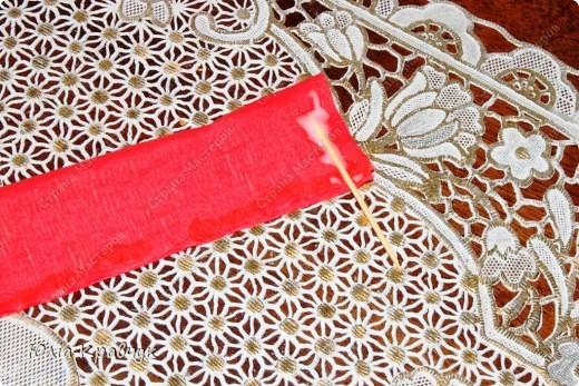 Для того, чтобы сделать такой шар нужно: - газеты - нитки - бумага гофрированная красная - бумага гофрированная зеленая - клей - зубочистки. фото 7