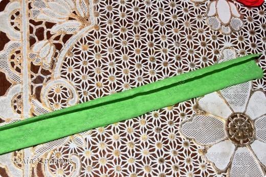 Для того, чтобы сделать такой шар нужно: - газеты - нитки - бумага гофрированная красная - бумага гофрированная зеленая - клей - зубочистки. фото 11