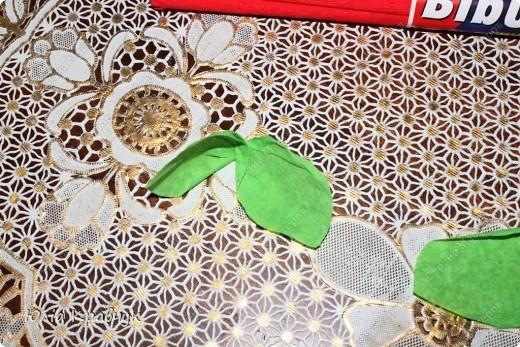 Для того, чтобы сделать такой шар нужно: - газеты - нитки - бумага гофрированная красная - бумага гофрированная зеленая - клей - зубочистки. фото 14