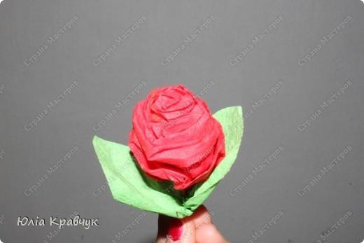 Для того, чтобы сделать такой шар нужно: - газеты - нитки - бумага гофрированная красная - бумага гофрированная зеленая - клей - зубочистки. фото 15