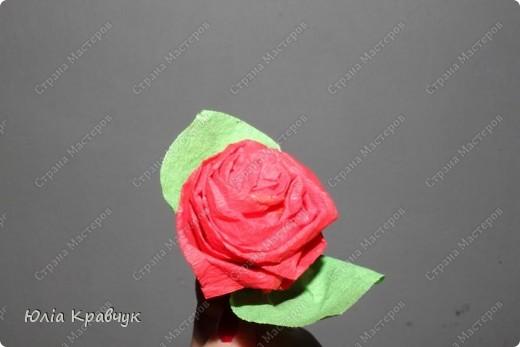 Для того, чтобы сделать такой шар нужно: - газеты - нитки - бумага гофрированная красная - бумага гофрированная зеленая - клей - зубочистки. фото 16