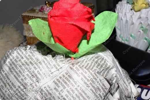Для того, чтобы сделать такой шар нужно: - газеты - нитки - бумага гофрированная красная - бумага гофрированная зеленая - клей - зубочистки. фото 18