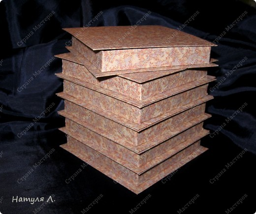 Признаюсь....коробочки делаю на работе.....очень стыдно....но есть возможность.... :о) огромное спасибо Юле  http://stranamasterov.ru/node/94427?c=favorite Только у меня весь картон обклеен дешевенькими бумажными обоями....25руб. за рулон. Каждый элемент коробочки обклеиваю, потом собираю.   размер 10*10 фото 1