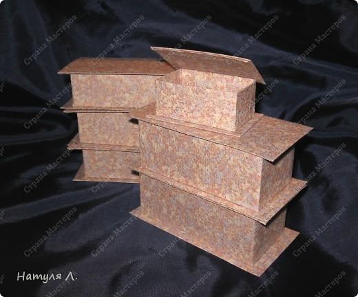 Признаюсь....коробочки делаю на работе.....очень стыдно....но есть возможность.... :о) огромное спасибо Юле  http://stranamasterov.ru/node/94427?c=favorite Только у меня весь картон обклеен дешевенькими бумажными обоями....25руб. за рулон. Каждый элемент коробочки обклеиваю, потом собираю.   размер 10*10 фото 2