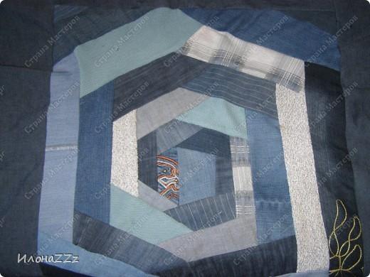 Вот такое покрывало получилось из старых джинсов, джемперов и маек.  Не думала, что доведу дело до конца. А вдохновил МК по крэйзи пэчворку от vaksya http://stranamasterov.ru/node/104706 и покрывало.  фото 5
