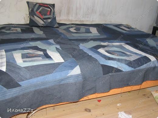 Вот такое покрывало получилось из старых джинсов, джемперов и маек.  Не думала, что доведу дело до конца. А вдохновил МК по крэйзи пэчворку от vaksya http://stranamasterov.ru/node/104706 и покрывало.  фото 4