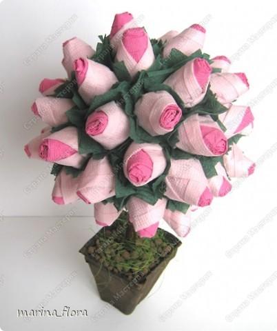 Розу называют королевой сада. Это на самом деле так, и лучше не скажешь — как бы ни хотелось избежать штампов и банальных фраз. Можно любить ромашки и васильки, лилии или орхидеи, но, увидев розу, сдержать восхищение невозможно. Она как истинная королева покоряет своим великолепием и в то же время выглядит удивительно нежно и чувственно. Поэтому давайте будем откровенно восхищаться этой роскошной красавицей — неожиданной, многоликой и всегда невыразимо прекрасной.  Розовый куст (двухцветный). Моделирование из бумажных салфеток. Высота - 30 см.   фото 2