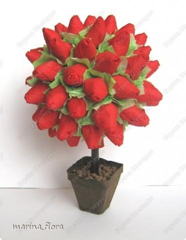 Розу называют королевой сада. Это на самом деле так, и лучше не скажешь — как бы ни хотелось избежать штампов и банальных фраз. Можно любить ромашки и васильки, лилии или орхидеи, но, увидев розу, сдержать восхищение невозможно. Она как истинная королева покоряет своим великолепием и в то же время выглядит удивительно нежно и чувственно. Поэтому давайте будем откровенно восхищаться этой роскошной красавицей — неожиданной, многоликой и всегда невыразимо прекрасной.  Розовый куст (двухцветный). Моделирование из бумажных салфеток. Высота - 30 см.   фото 8