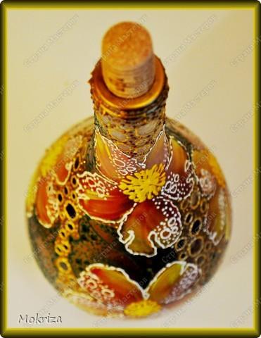Стеклянную бутылочку подготовить, промыть, просушить, обезжирить. Нанести фон, просушить. Красками акриловыми произвольно нарисовать цветы, просушить. Контурами оформить рисунок, просушить. Покрыть лаком. фото 3
