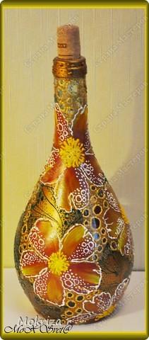 Стеклянную бутылочку подготовить, промыть, просушить, обезжирить. Нанести фон, просушить. Красками акриловыми произвольно нарисовать цветы, просушить. Контурами оформить рисунок, просушить. Покрыть лаком. фото 2