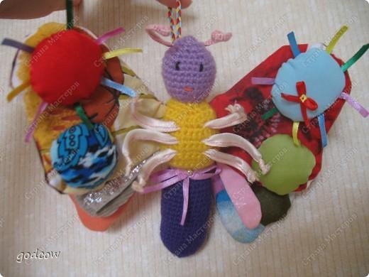 Вот такую бабочку  я сделала еще в прошлом году для маленькой девочки. Верхние крылышки укреплены тонким пластиком. Ножки на проволочке обшитой тканью. Тельце и головка связаны крючком и набиты синтепоном.  фото 1