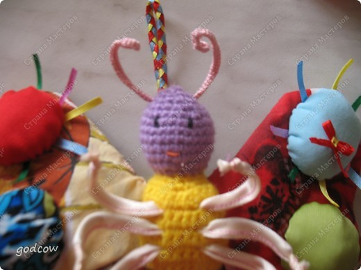 Вот такую бабочку  я сделала еще в прошлом году для маленькой девочки. Верхние крылышки укреплены тонким пластиком. Ножки на проволочке обшитой тканью. Тельце и головка связаны крючком и набиты синтепоном.  фото 5