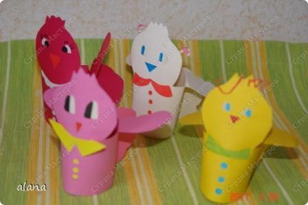 В каждого такого цыпленка можно положить пасхальное яичко. Малыши по трафарету вырезали цыпленка, послу украшали на свой вкус своих птенчиков. фото 1