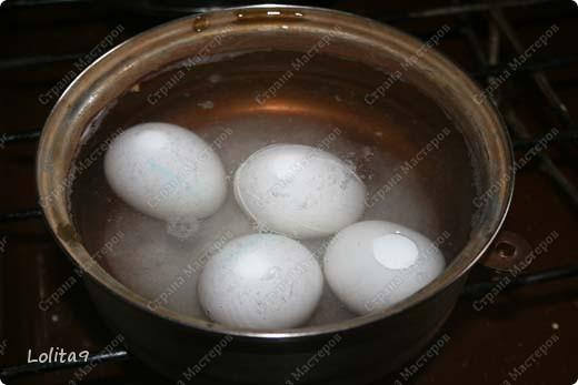 Хочу показать два замечательных способа окраски пасхальных яиц. Делается просто, а выглядит красиво.  Прежде всего хочу сказать, что яйца перед окраской нужно достать из холодильника, тогда они не лопнут. Я достаю всегда вечером, а на следующий день крашу.  фото 3
