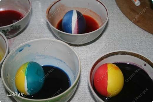 Хочу показать два замечательных способа окраски пасхальных яиц. Делается просто, а выглядит красиво.  Прежде всего хочу сказать, что яйца перед окраской нужно достать из холодильника, тогда они не лопнут. Я достаю всегда вечером, а на следующий день крашу.  фото 7