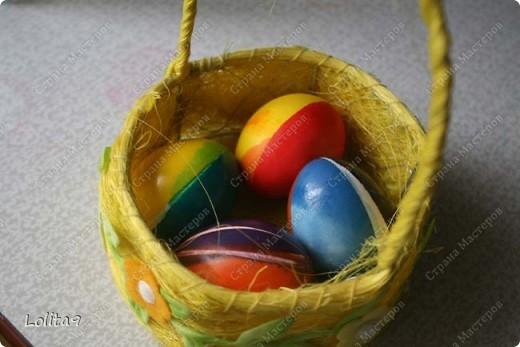 Хочу показать два замечательных способа окраски пасхальных яиц. Делается просто, а выглядит красиво.  Прежде всего хочу сказать, что яйца перед окраской нужно достать из холодильника, тогда они не лопнут. Я достаю всегда вечером, а на следующий день крашу.  фото 8