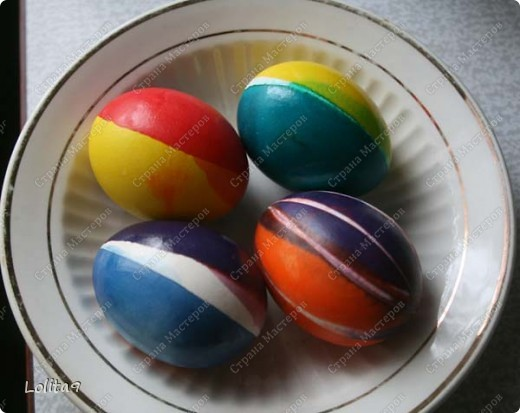 Хочу показать два замечательных способа окраски пасхальных яиц. Делается просто, а выглядит красиво.  Прежде всего хочу сказать, что яйца перед окраской нужно достать из холодильника, тогда они не лопнут. Я достаю всегда вечером, а на следующий день крашу.  фото 2