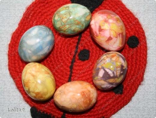 Хочу показать два замечательных способа окраски пасхальных яиц. Делается просто, а выглядит красиво.  Прежде всего хочу сказать, что яйца перед окраской нужно достать из холодильника, тогда они не лопнут. Я достаю всегда вечером, а на следующий день крашу.  фото 14