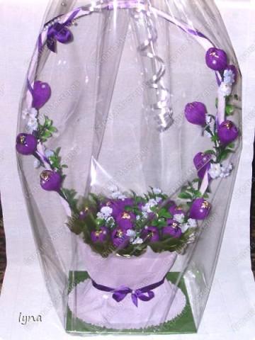 "корзинка с лилиями,в нутри конфеты ""Рококо"" фото 6"