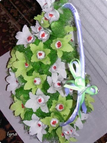 "корзинка с лилиями,в нутри конфеты ""Рококо"" фото 3"