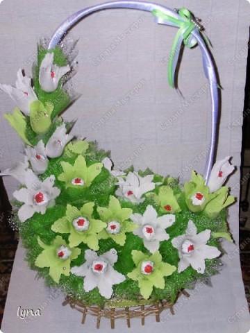 "корзинка с лилиями,в нутри конфеты ""Рококо"" фото 1"