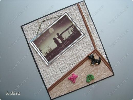 Попалась на глаза в старом настольном календаре такая фотография. И появилась идея этой открытки. Стиль не мой, потому что фотка чёрно-белая, ни бантики, ни цветочки не подходят. Решила сделать имитацию стены, пола, фотография на стене, кот и игрушки разбросаны. А что получилось-судить вам. фото 1