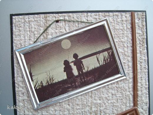 Попалась на глаза в старом настольном календаре такая фотография. И появилась идея этой открытки. Стиль не мой, потому что фотка чёрно-белая, ни бантики, ни цветочки не подходят. Решила сделать имитацию стены, пола, фотография на стене, кот и игрушки разбросаны. А что получилось-судить вам. фото 2