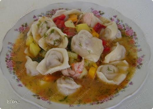 Узбекская разновидность пельменей чем-то напоминает китайские вонтоны. Их делают очень маленькими и подают вместе с бульоном и овощами. В остальном же технология приготовления похожа на русскую. Используется тот же состав продуктов, но в начинке согласно мусульманским традициям исключена свинина. Еще одно сходство с китайской кухней - узбекские пельмени подают с уксусным соусом, готовят также подливы из нашинкованной зелени, помидор и острого перца. фото 1