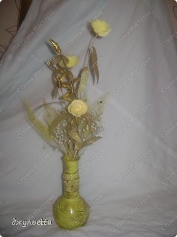 эта ваза декорирована ракушками,т.е. сами цветы из ракушек,добавлены стеклянные шарики.ваза покрыта черной эмалью поверх которой нанесен колер розового цвета,причем эмаль должна быть невысохшей,что при контакте с колером даёт трещины и создаётся очень интересная фактура) фото 3