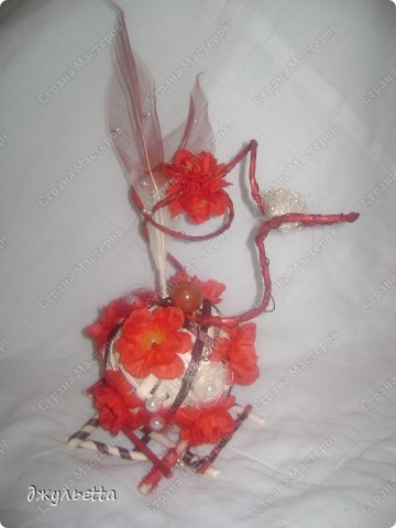 эта ваза декорирована ракушками,т.е. сами цветы из ракушек,добавлены стеклянные шарики.ваза покрыта черной эмалью поверх которой нанесен колер розового цвета,причем эмаль должна быть невысохшей,что при контакте с колером даёт трещины и создаётся очень интересная фактура) фото 4