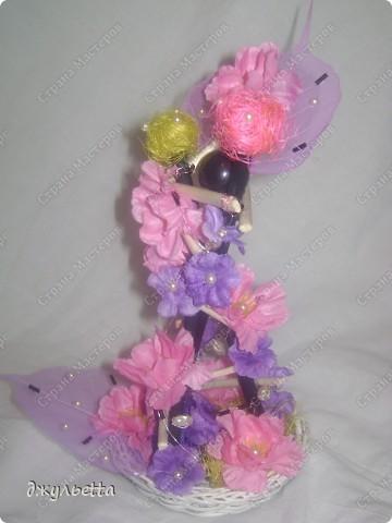 эта ваза декорирована ракушками,т.е. сами цветы из ракушек,добавлены стеклянные шарики.ваза покрыта черной эмалью поверх которой нанесен колер розового цвета,причем эмаль должна быть невысохшей,что при контакте с колером даёт трещины и создаётся очень интересная фактура) фото 5