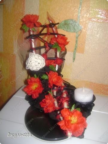 эта ваза декорирована ракушками,т.е. сами цветы из ракушек,добавлены стеклянные шарики.ваза покрыта черной эмалью поверх которой нанесен колер розового цвета,причем эмаль должна быть невысохшей,что при контакте с колером даёт трещины и создаётся очень интересная фактура) фото 9