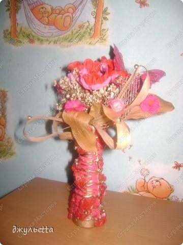 эта ваза декорирована ракушками,т.е. сами цветы из ракушек,добавлены стеклянные шарики.ваза покрыта черной эмалью поверх которой нанесен колер розового цвета,причем эмаль должна быть невысохшей,что при контакте с колером даёт трещины и создаётся очень интересная фактура) фото 10