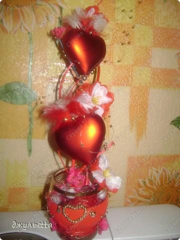 эта ваза декорирована ракушками,т.е. сами цветы из ракушек,добавлены стеклянные шарики.ваза покрыта черной эмалью поверх которой нанесен колер розового цвета,причем эмаль должна быть невысохшей,что при контакте с колером даёт трещины и создаётся очень интересная фактура) фото 11