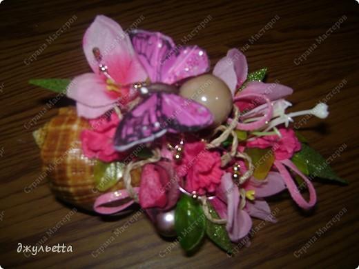 эта ваза декорирована ракушками,т.е. сами цветы из ракушек,добавлены стеклянные шарики.ваза покрыта черной эмалью поверх которой нанесен колер розового цвета,причем эмаль должна быть невысохшей,что при контакте с колером даёт трещины и создаётся очень интересная фактура) фото 12