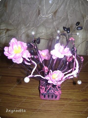 эта ваза декорирована ракушками,т.е. сами цветы из ракушек,добавлены стеклянные шарики.ваза покрыта черной эмалью поверх которой нанесен колер розового цвета,причем эмаль должна быть невысохшей,что при контакте с колером даёт трещины и создаётся очень интересная фактура) фото 13