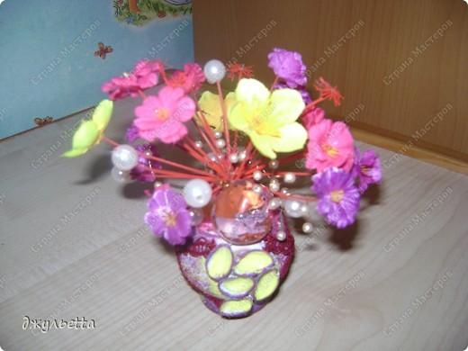 эта ваза декорирована ракушками,т.е. сами цветы из ракушек,добавлены стеклянные шарики.ваза покрыта черной эмалью поверх которой нанесен колер розового цвета,причем эмаль должна быть невысохшей,что при контакте с колером даёт трещины и создаётся очень интересная фактура) фото 15