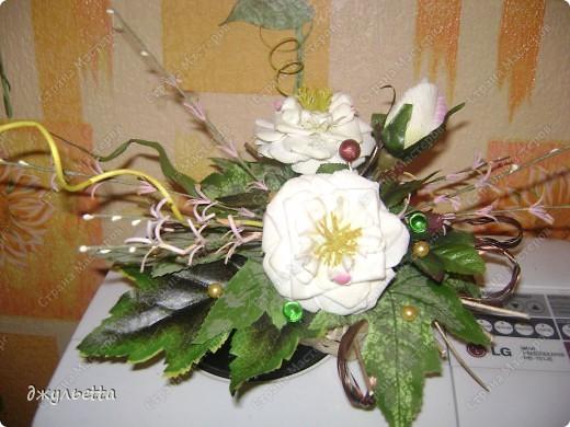 эта ваза декорирована ракушками,т.е. сами цветы из ракушек,добавлены стеклянные шарики.ваза покрыта черной эмалью поверх которой нанесен колер розового цвета,причем эмаль должна быть невысохшей,что при контакте с колером даёт трещины и создаётся очень интересная фактура) фото 18