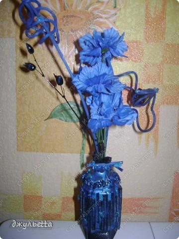 эта ваза декорирована ракушками,т.е. сами цветы из ракушек,добавлены стеклянные шарики.ваза покрыта черной эмалью поверх которой нанесен колер розового цвета,причем эмаль должна быть невысохшей,что при контакте с колером даёт трещины и создаётся очень интересная фактура) фото 19