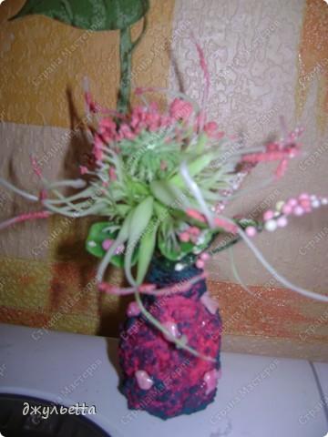 эта ваза декорирована ракушками,т.е. сами цветы из ракушек,добавлены стеклянные шарики.ваза покрыта черной эмалью поверх которой нанесен колер розового цвета,причем эмаль должна быть невысохшей,что при контакте с колером даёт трещины и создаётся очень интересная фактура) фото 21