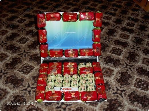 Вот такой ноутбук подарила подруге на День рождения. Конфеты решила приклеить на двусторонний скотч, а не на клей, для безопасности. Правда купила скотч какой-то пенный - намучилась с ним, постоянно к ножницам лип. фото 1