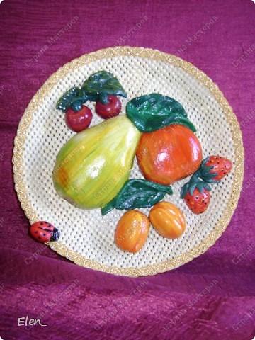 """Сделалось панно... Материалы: тесто соленое, краска """"гуашь"""", лак - это фрукты Блюдо: техника папье-маше, декор блюда салфеткой и тесьмой."""